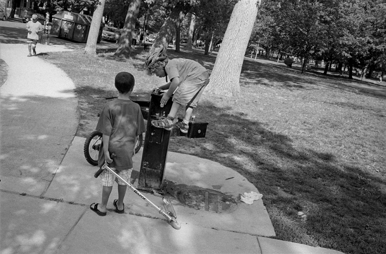 photoblog_chicago_freelance_photojournalist_michaeljarecki_black&white_kids_park_drinking_fountain