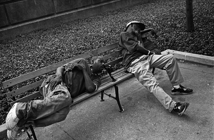 photoblog_chicago_photographer_michaeljarecki_freelance_sleeping_bench_street_photograph