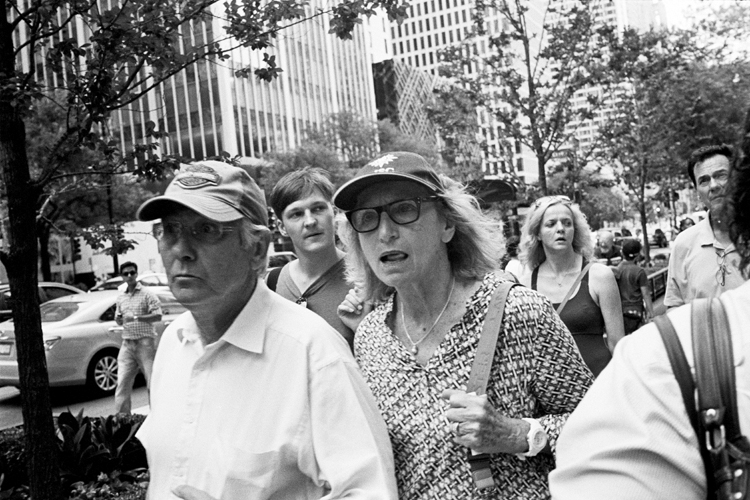 photoblog_chicago_freelance_photographer_michaeljarecki_street_black&white_expressions_faces_people_awe_candid_looking_something