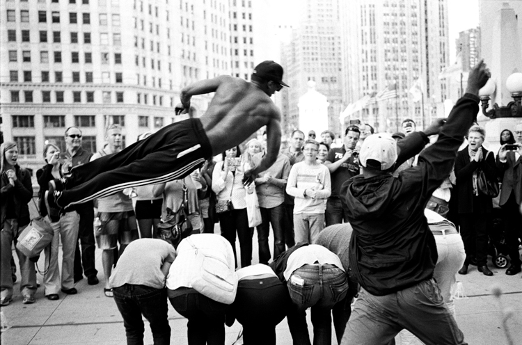 photoblog_chicago_freelance_photographer_michaeljarecki_photojournalist_street_black&white_man_jumping