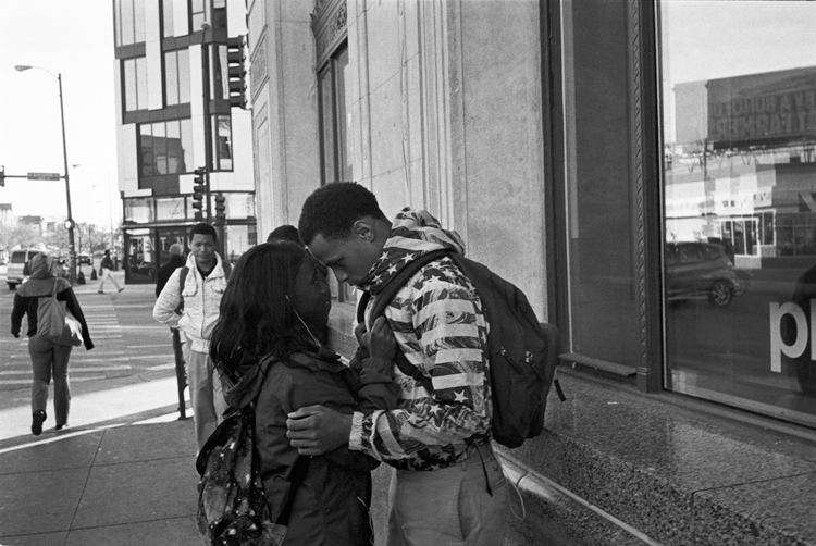 photoblog_chicago_freelance_photographer_michaeljarecki_black&white_street_couple_love_holding_each_other