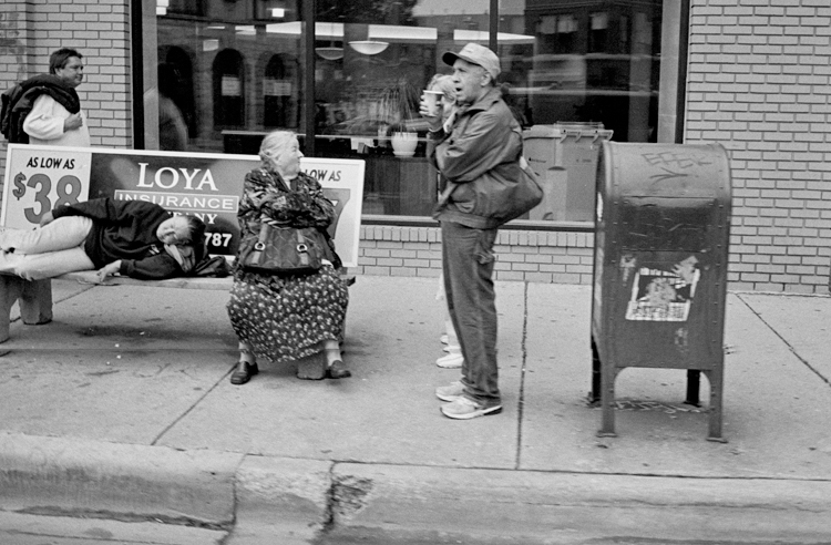 photoblog_chicago_freelance_photographer_michaeljarecki_outMyWindow_black&white_street_people