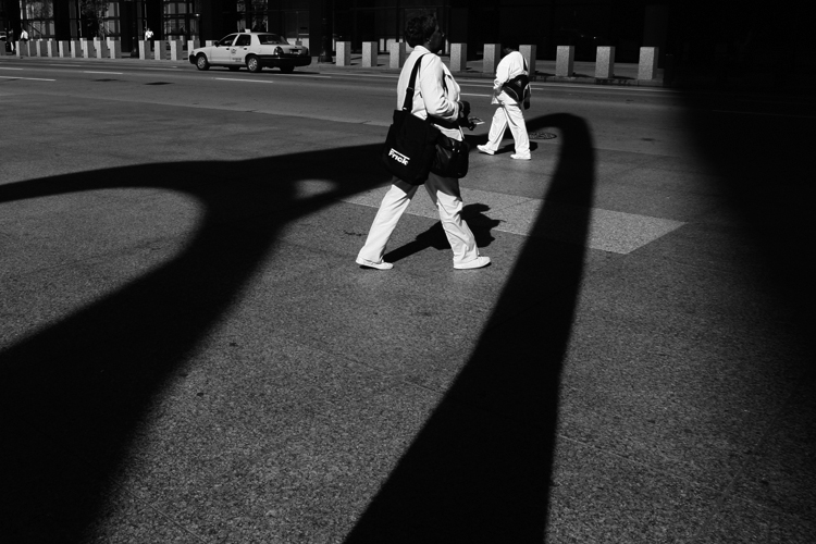 photoblog_chicago_freelance_photographer_michaeljarecki_street_black&white_women_shadows_light_dramatic