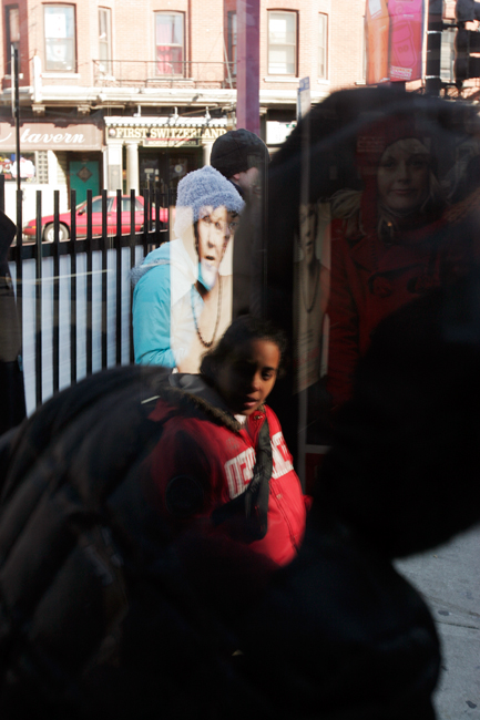 photoblog_chicago_freelance_photographer_michaeljarecki_photojournalist_street_reflections_faces_bus_stop