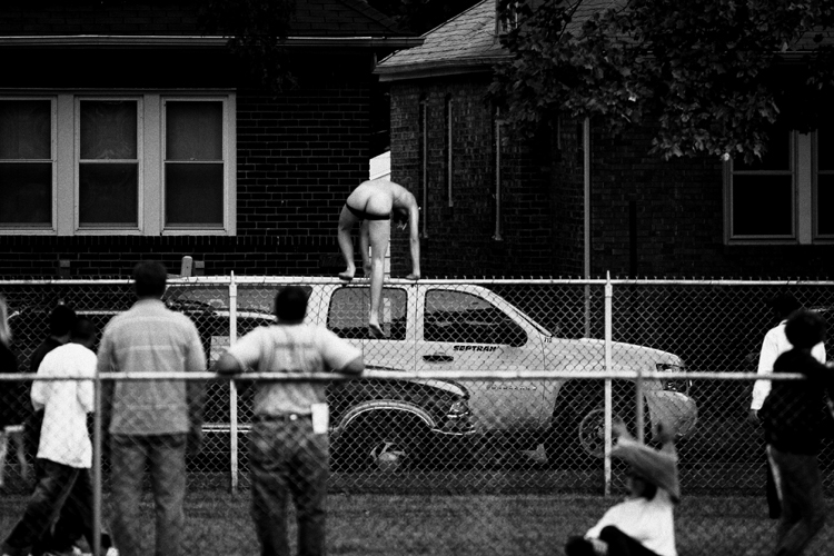 photoblog_chicago_freelance_photographer_michaeljarecki_photojournalist_street_black&white_naked_man_hopping_fence