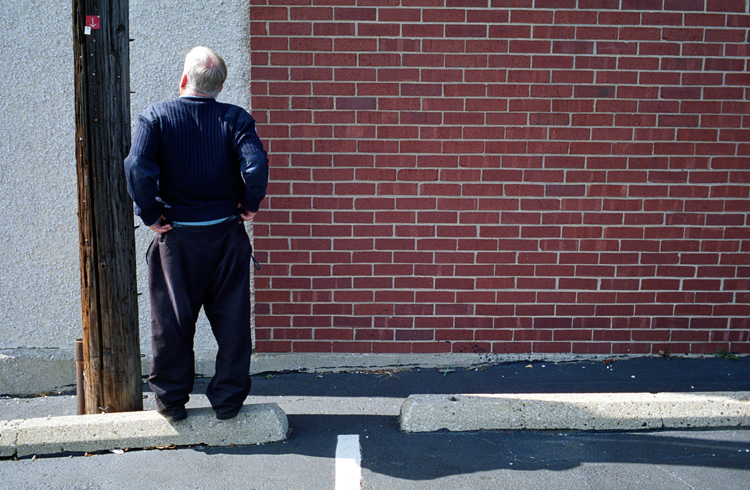 photoblog_chicago_freelance_photographer_michaeljarecki_photojournalist_street_color_older_man_pants_arrow_parking_lot