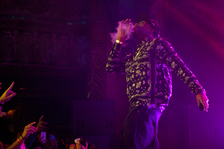 photoblog_chicago_freelance_photographer_michaeljarecki_photojournalist_BoB_rap_star_tour_houseOfBlues_hip-hop_smoking_blunt