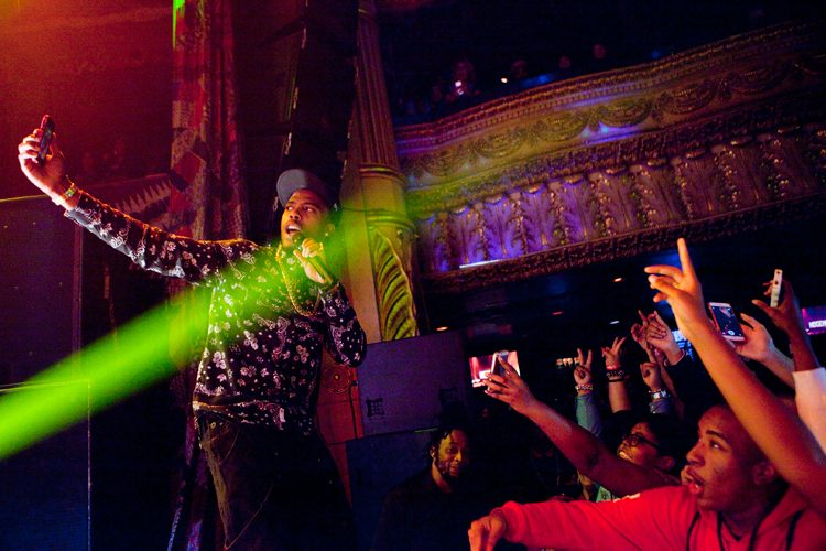 photoblog_chicago_freelance_photographer_michaeljarecki_photojournalist_BoB_rap_star_tour_houseOfBlues_hip-hop_taking_selfie_cellphone_smartphone