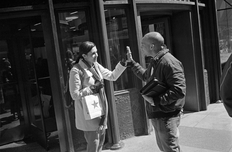 photoblog_chicago_freelance_photographer_michaeljarecki_photojournalist_street_black&white_hands_boy_girl_gesture_highFIVE