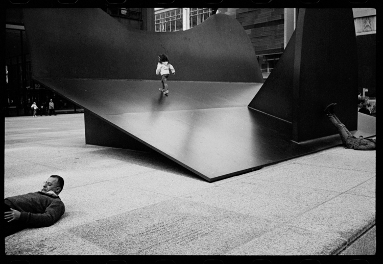 photoblog-freelance-photographer-michaeljarecki-photojournalist-chicago-black&white-awesome-street-downtown-strange-weird-feet-man-picasso-people