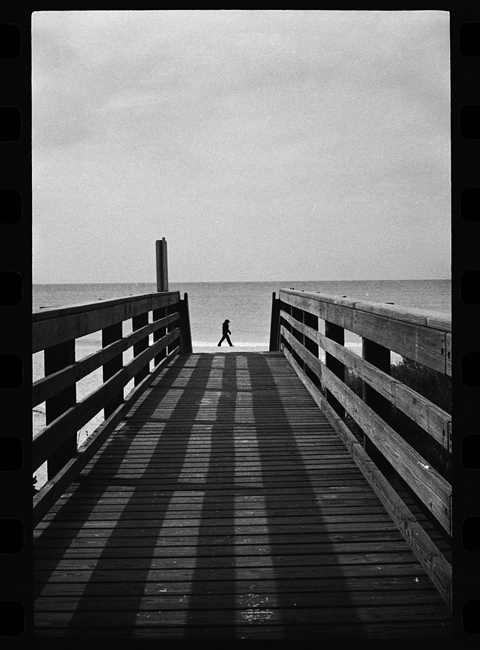 photoblog-freelance-photographer-michaeljarecki-photojournalist-chicago-black&white-cool-awesome-beach-walker-person-shadow-composition-framing