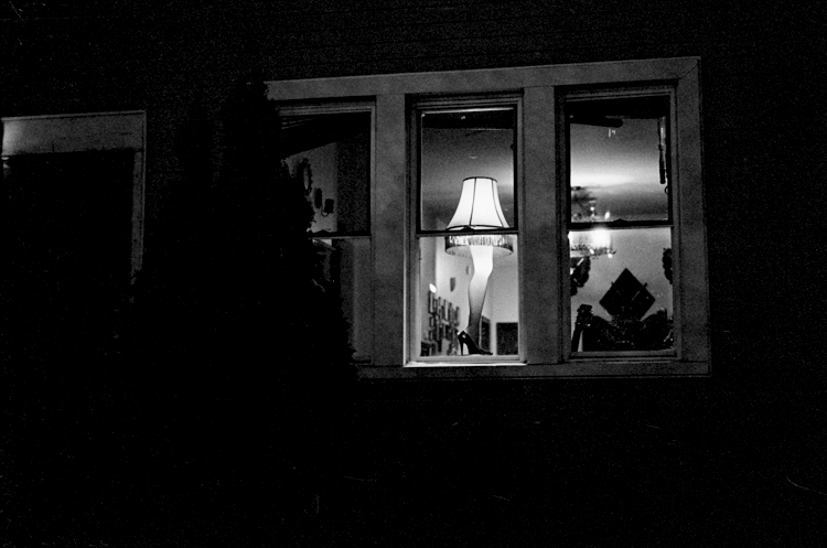 photoblog-freelance-photographer-michaeljarecki-photojournalist-chicago-black&white-dramatic-cool-awesome-holiday-leg-lamp-christmas-story-window