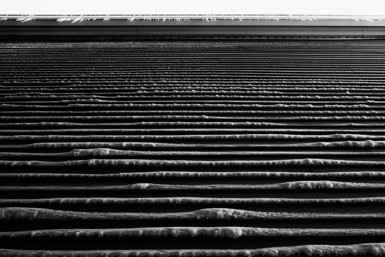 photoblog-freelance-photographer-michaeljarecki-photojournalist-chicago-black&white-landscape-winter-snow_blizzard_icecles-house-building-cool-awesome-abstract