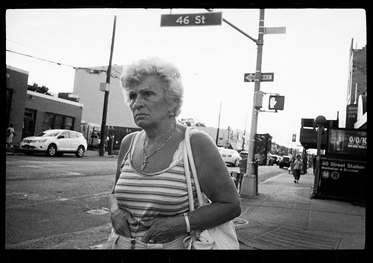 photoblog-freelance-photographer-michaeljarecki-photojournalist-chicago-black&white-newyork-city-street-woman-gesture-strange-starring-46street