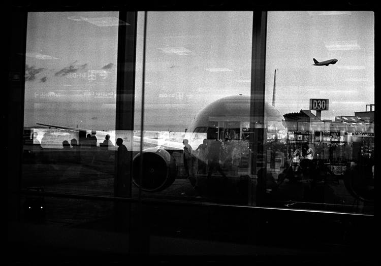 photoblog-freelance-photographer-michaeljarecki-photojournalist-awesome-cool-airport-Miami-people-candid-street-airplane-reflections-black&white