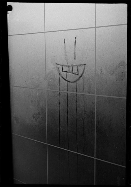 photoblog-freelance-photographer-michaeljarecki-photojournalist-awesome-cool-black&white-bus-stop-smiley-face
