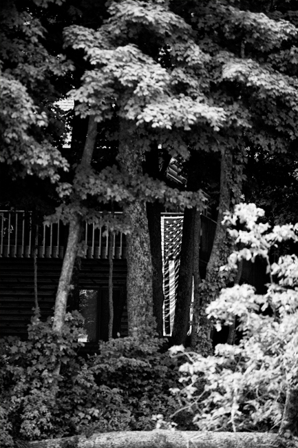photoblog-freelance-commercial-photographer-michaeljarecki-photojournalist-black&white-wisconsin-longlake-america-vacation-flag-4