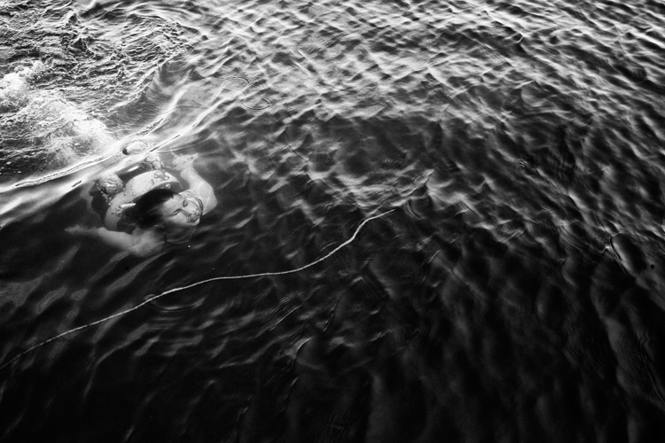photoblog-freelance-commercial-photographer-michaeljarecki-photojournalist-black&white-wisconsin-longlake-america-vacation-swimming-woman-6