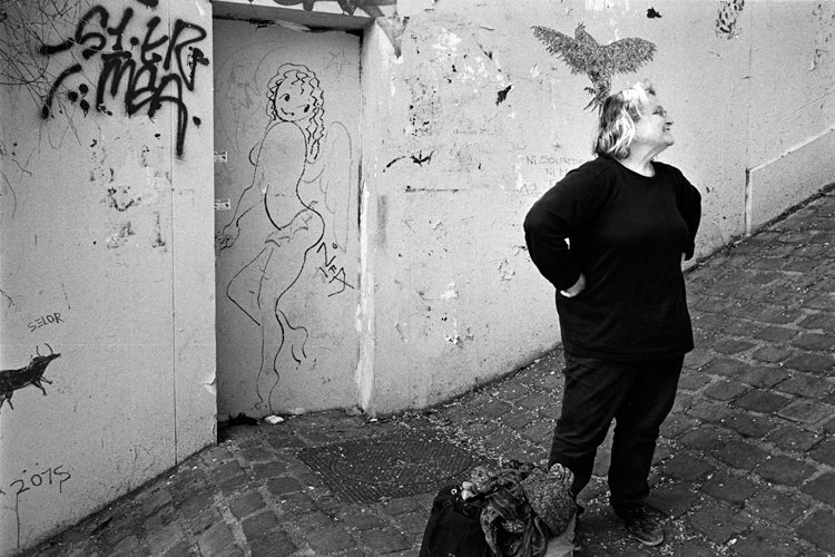 photoblog-commercial-freelance-photographer-michaeljarecki-photojournalist-funny-street-black&white-france-paris-woman-graffitti-graphic-bird