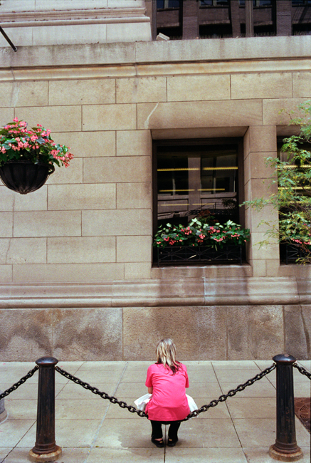 photoblog-commercial-freelance-photographer-michaeljarecki-photojournalist-street-color-chain-seat-woman-pink-shirt-blonde