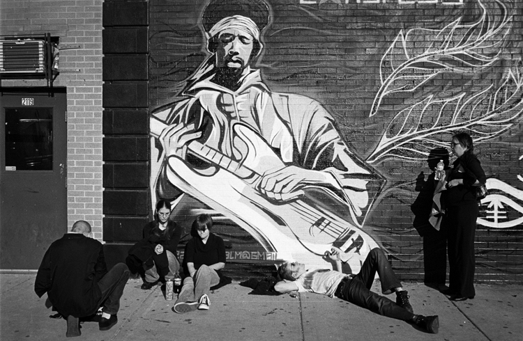 photoblog-freelance-photographer-michaeljarecki-commercial-street-Black&white-candid-jimi_hendrix_mural-people-waiting