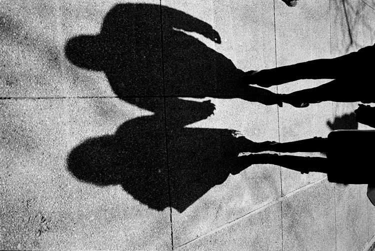 photoblog-freelance-photographer-michaeljarecki-commercial-black&white-candid-public-downtown-chicago-shadows-couple-holding-hands-cool-awesome