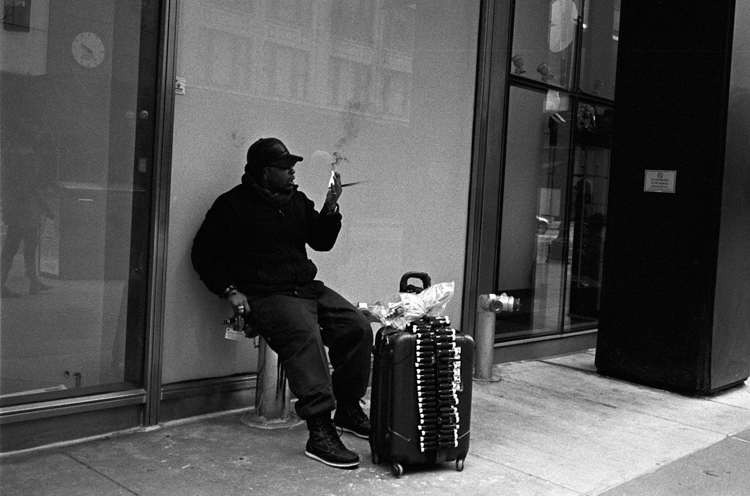 photoblog-freelance-photographer-michaeljarecki-commercial-street-candid-people-black&white-street_photography-street_vendor-incense-fire-downtown_chicago