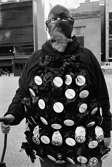 photoblog-freelance-photographer-michaeljarecki-commercial-street_photography-life-bernie-Sanders-Supporter-black&white-buttoms-woman-rally