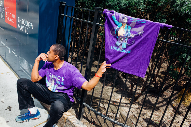 photoblog-freelance-photographer-michaeljarecki-commercial-street_photography-life-candid-Chicago_street_photography-PRINCE-tshirts-purpleRain-mounring-musical-genius
