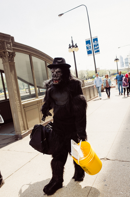photoblog-freelance-photographer-michaeljarecki-commercial-color-candid-people-gorilla_suit-street_performer-Chicago_street_photography-funny