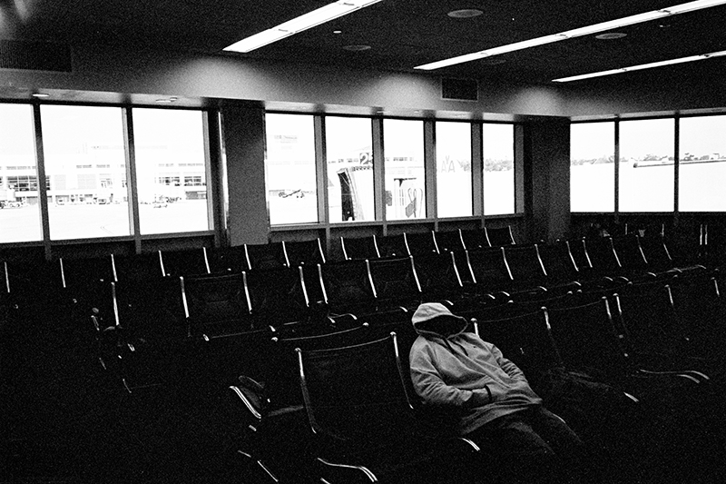 photoblog-freelance-photographer-michaeljarecki-commercial-blackwhite-chicago_street_photography-ohare_international_airport-sleeping-public