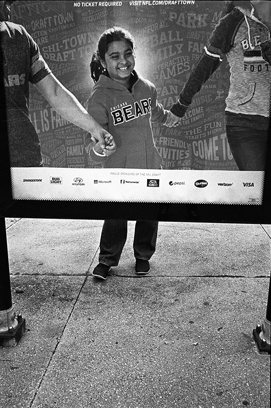 photoblog-freelance-photographer-michaeljarecki-commercial-street_photography-life-candid-people-candid-bears-fans-cliche_moments_in_street_photography-emotion